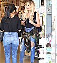 Khloé and Kourtney shopping