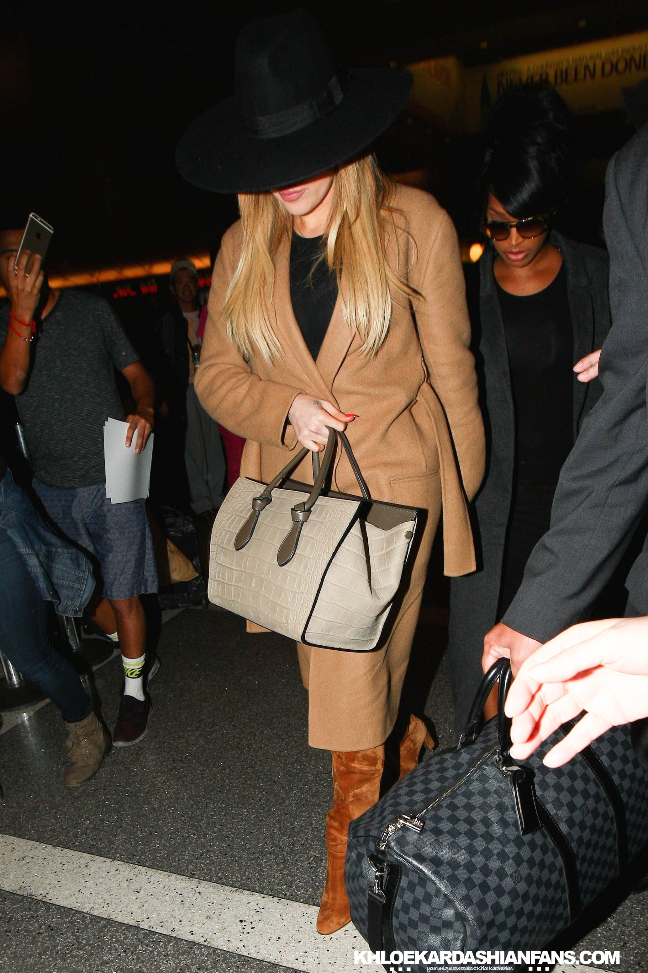 PHOTO+VIDEOS: Khloe at lax airport to heading Australia