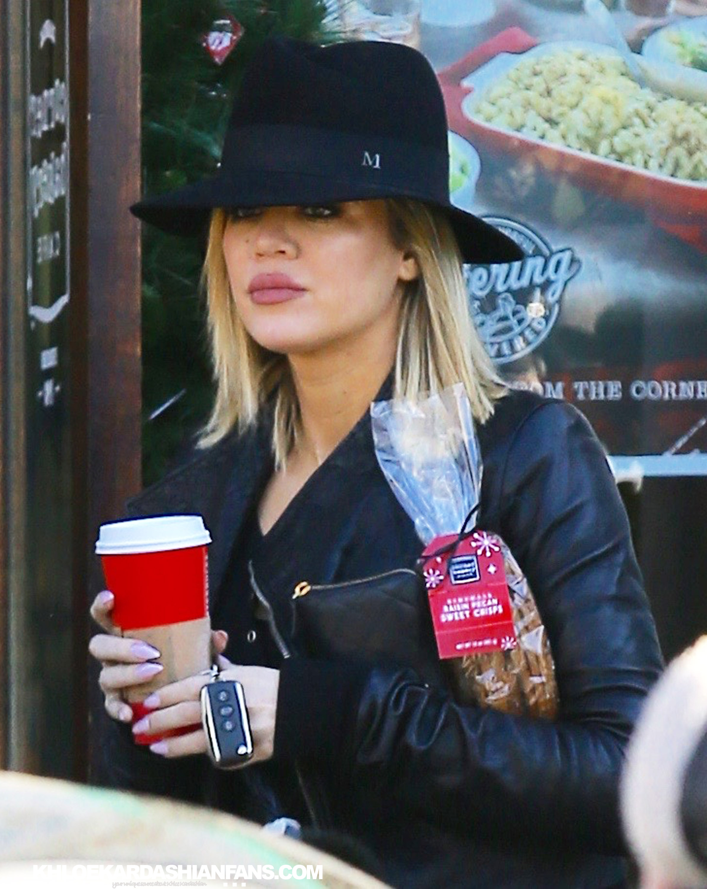 (PHOTOS) December 12, 2015: Khloe at starbucks