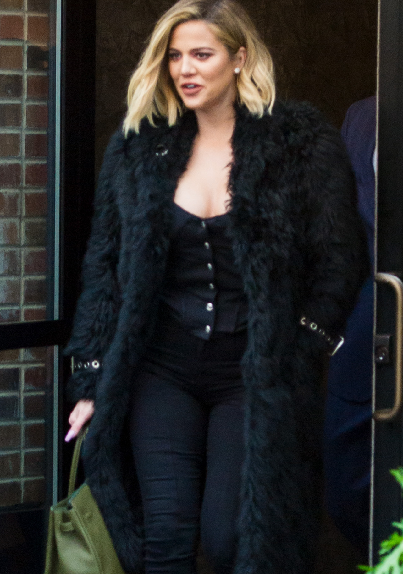 PHOTOS | October 26, 2017 – Khloé Kardashian lunch at Harold's Meat + Three in New York