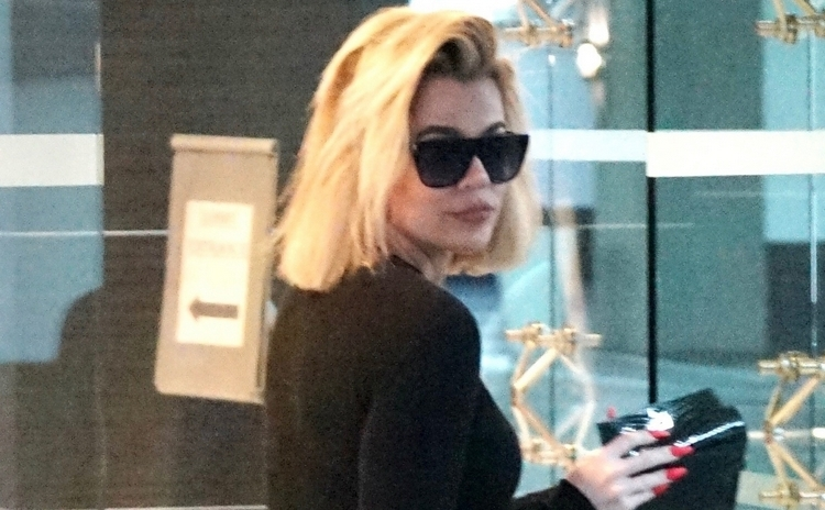 Khloe Kardashian Fansite 020 (PHOTO) December 31, 2019 - Khloé Kardashian visits doctor's office